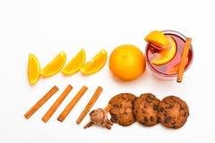 Overwogen wijn dichtbij plakken van sinaasappel Drank of drank met sinaasappel en kaneel Cocktail en barconcept Glas met Stock Fotografie