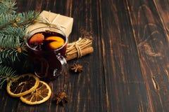 Overwogen wijn, een gift en kruiden op de lijst naast de boom Het concept Kerstmis en Nieuwjaar, decor royalty-vrije stock afbeelding