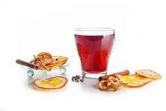 Overwogen wijn in een glas met kruiden, gember, kaneel en fruit op een witte achtergrond Stock Foto