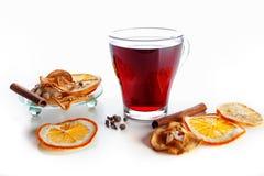 Overwogen wijn in een glas met kruiden, gember, kaneel en fruit op een witte achtergrond Royalty-vrije Stock Foto