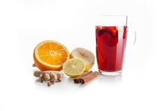 Overwogen wijn in een glas met kruiden, gember, kaneel en fruit op een witte achtergrond Stock Fotografie