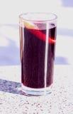 Overwogen wijn in een glas van het kruipen Stock Afbeeldingen