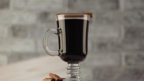 Overwogen wijn in een mooi glas De winter verwarmende drank stock videobeelden