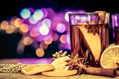Overwogen wijn in een nachtviering van Nieuwjaarpartij en delici Stock Foto