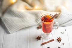 Overwogen wijn in een transparante mok op een lichte achtergrond Conceptie van hitte, de koude winter, het verwarmen, kruiden stock fotografie