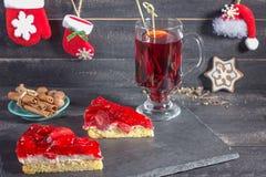Overwogen wijn en aardbeiencakes stock fotografie