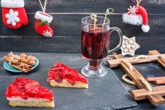 Overwogen wijn en aardbeiencakes Kerstmisstijl Houten backgroun Stock Afbeeldingen