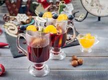 Overwogen wijn en Kerstmiscakes Stock Fotografie