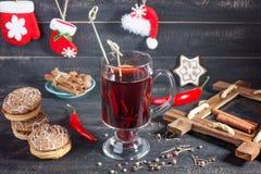 Overwogen wijn en koekjes op de Kerstmis verfraaide achtergrond royalty-vrije stock afbeeldingen