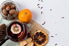 Overwogen wijn in glas met sinaasappel en kruiden stock fotografie