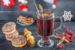 Overwogen wijn, koekjes en mandarijnen De achtergrond van Kerstmis royalty-vrije stock foto's