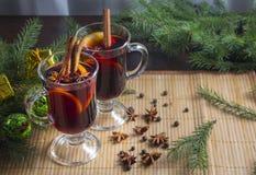 Overwogen wijn met de kruid-winter hete dranken Steranijsplant, kaneel stock foto