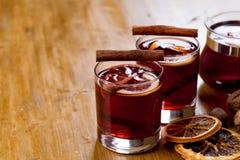 Overwogen wijn met ingrediënten op houten achtergrond, hoogste mening royalty-vrije stock afbeelding