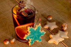 Overwogen wijn met Kerstmiskoekjes Royalty-vrije Stock Afbeeldingen