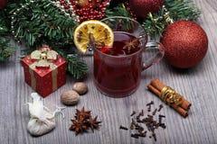 Overwogen wijn met kruid en Kerstmisdecoratie Stock Foto's