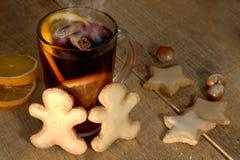Overwogen wijn met kruiden Stock Foto