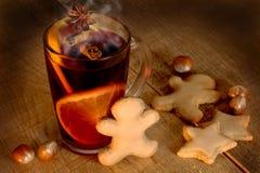 Overwogen wijn met kruiden en Kerstmiskoekjes Stock Foto's