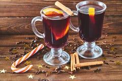 Overwogen wijn met pijpjes kaneel en sinaasappel Stock Foto