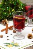 Overwogen wijn met plak van sinaasappel en kruiden. Stock Afbeeldingen