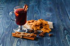 Overwogen wijn met sinaasappel en kruiden op donkere achtergrond met exemplaar Stock Afbeeldingen