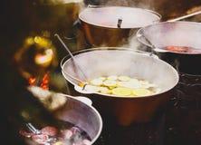 Overwogen wijn met sinaasappelen in grote vaten op Kerstmismarkt Nieuw jaar en Kerstmisvieringsconcept, traditionele drank royalty-vrije stock fotografie
