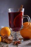 Overwogen wijn met sinaasappelen, kaneel, anijsplant en Kerstmisdecoratie Royalty-vrije Stock Afbeeldingen