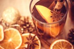 Overwogen wijn in nachtviering van de de Nieuwjaarpartij en delicatessenwinkel Stock Afbeelding