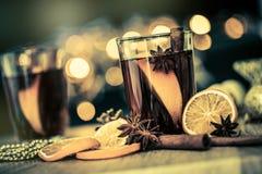 Overwogen wijn in nachtviering van een een Nieuwjaarpartij en delici Royalty-vrije Stock Fotografie
