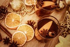 Overwogen wijn in nachtviering van een een Nieuwjaarpartij en delici Stock Afbeelding