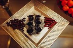 Overwogen wijn op een dienblad Stock Afbeelding