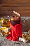 Overwogen wijn op een houten en linnenachtergrond Royalty-vrije Stock Fotografie