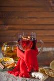 Overwogen wijn op een houten en linnenachtergrond Stock Afbeeldingen