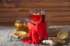 Overwogen wijn op een houten en linnenachtergrond Stock Afbeelding