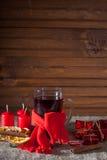 Overwogen wijn op een houten en linnenachtergrond Stock Foto