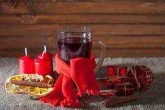 Overwogen wijn op een houten en linnenachtergrond Royalty-vrije Stock Foto's