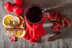 Overwogen wijn op een houten en linnenachtergrond Stock Fotografie