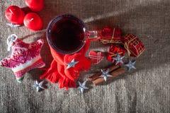 Overwogen wijn op een houten en linnenachtergrond Royalty-vrije Stock Afbeelding