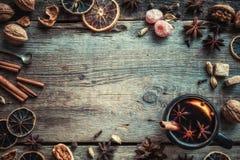 Overwogen wijn in rustieke mok met kruiden en ingrediënten op lijst Royalty-vrije Stock Afbeelding
