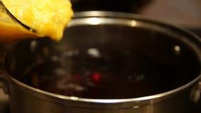 Overwogen wijn Overwogen wijn in steelpan Hete Drank Fruitdrank De Markt van Kerstmis stock videobeelden