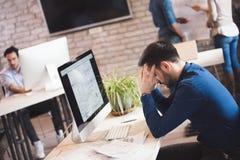 Overworked вымотало работника офиса работая на офисе Стоковое Изображение