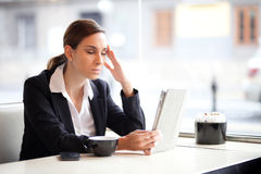 Overworked businesswoman Royalty Free Stock Images
