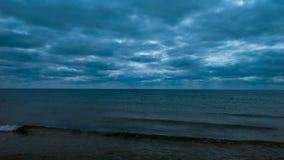 Overzees †‹â€ ‹met donkere wolken royalty-vrije stock afbeelding