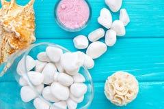 Overzees †zout ‹â€ ‹in een glas witte stenen en Shell voor kuuroord en ontspanning op een blauwe achtergrond Stock Foto