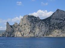 Overzees, bergen en hemel stock foto