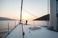 Overzees, bergen, zon Reis Neus varend jacht stock afbeelding