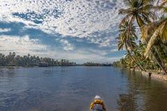 Overzees binnenwater met palm van boot stock afbeelding