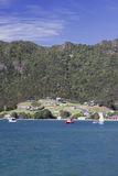 Overzees, boten en heuvel Stock Foto