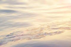 Overzees, de oceaanzonsondergang van het golfclose-up, lage hoekmening, dwarsverwerkingseffect Harde nadruk met selectieve nadruk Royalty-vrije Stock Foto's