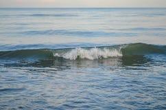 Overzees, de Zwarte Zee, golf, rust, meditatie, schoonheid, sterkte, vrede, inspiratie, vloeibaarheid, overpeinzing, vloeistof Stock Fotografie