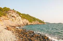 Overzees en berg op Sichang-eiland Stock Foto